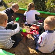 Счастливые дети в песочнице
