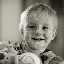 грязный ребенок после самостоятельной еды