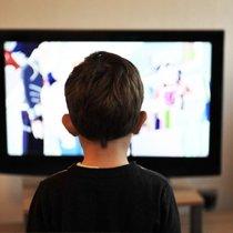 Ребенок полностью поглащён просмотром телевизора